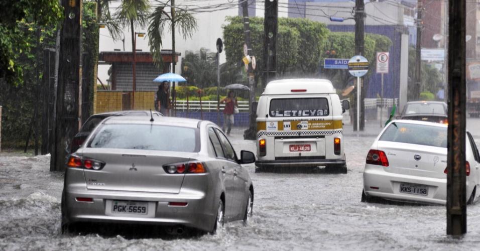 26.jun.2014 - Ponto de alagamento devido às fortes chuvas no bairro da Boa Vista, em Recife; Alemanha e Estados Unidos se enfrentam na Arena Pernambuco, às 13h