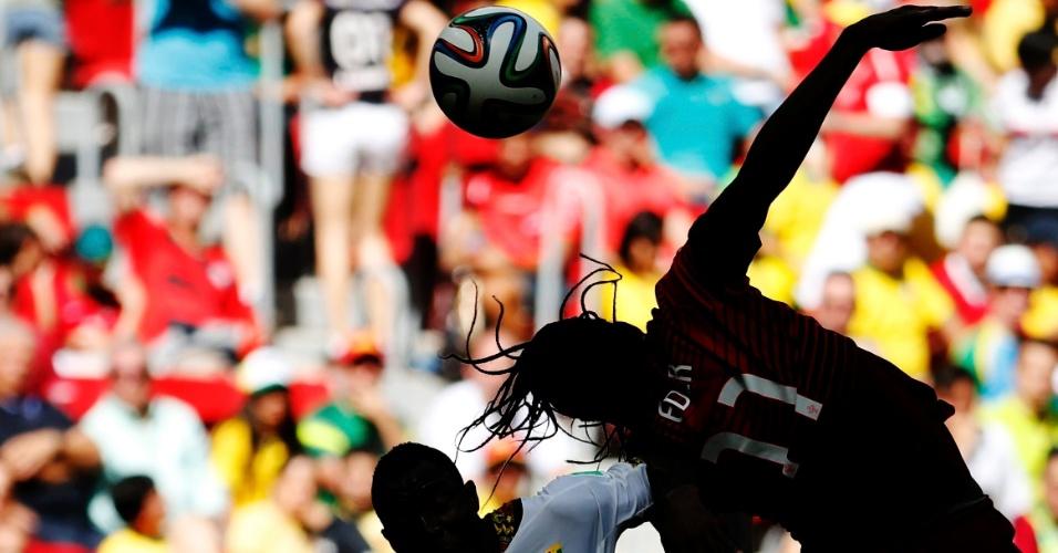 Português Eder disputa a bola de cabeça durante o jogo contra Gana