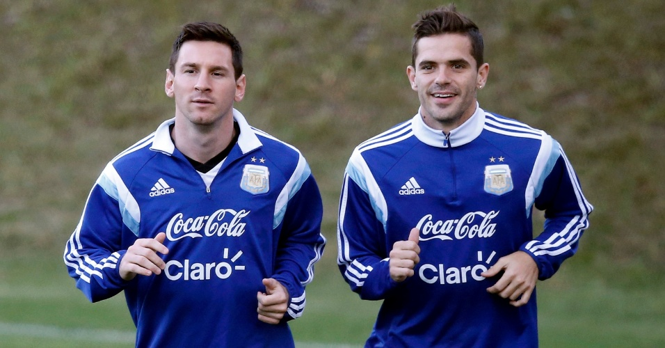 Quinta-feira foi de treino para a Argentina de Lionel Messi (esq.) e Fernando Gago