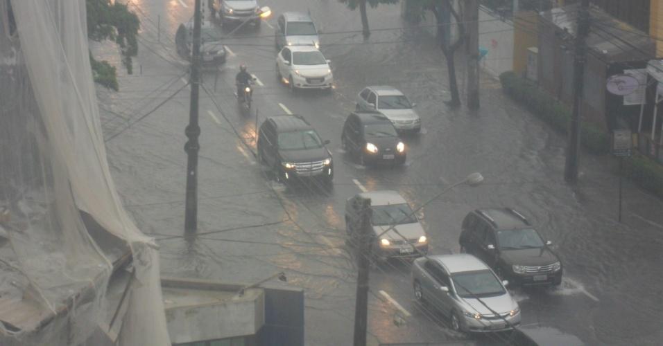 26.jun.2014 - Recife amanhece com chuva intensa e vários pontos da cidade alagados. Muita dificuldade para o trânsito fluir em alguns locais, como na Avenida Conselheiro Aguiar, em Boa Viagem, onde duas das quatro faixas estão debaixo d'água.