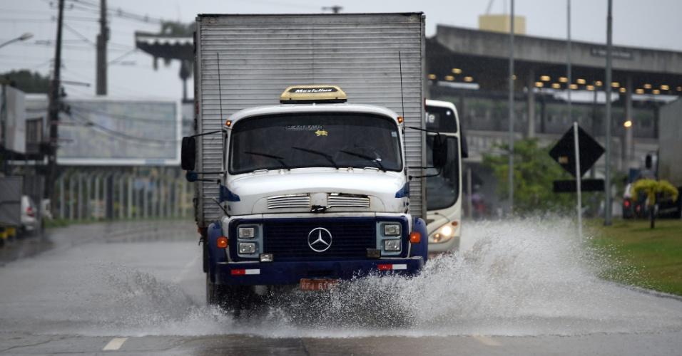 26.jun.2014 - Recife amanhece com fortes chuvas e vários pontos de alagamento; Fifa fez uma vistoria no gramado da Arena Pernambuco antes de confirmar o jogo entre Estados Unidos e Alemanha