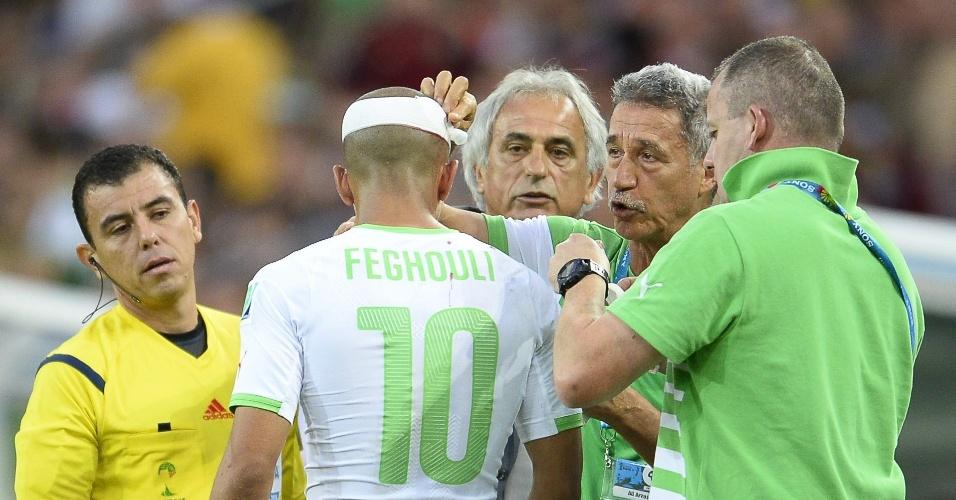 Sofiane Feghouli, da Argélia, recebe atendimento para tentar conter sangramento em corte na cabeça