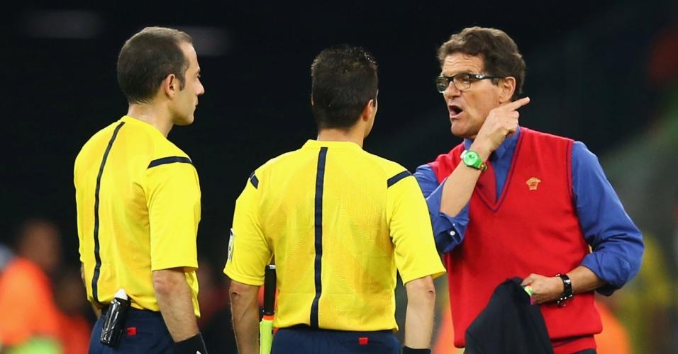 Técnico da Rússia, Fabio Capello, reclama com o árbitro após a eliminação de sua seleção na Copa do Mundo. Os russos empataram com a Argélia por 1 a 1 na Arena da Baixada