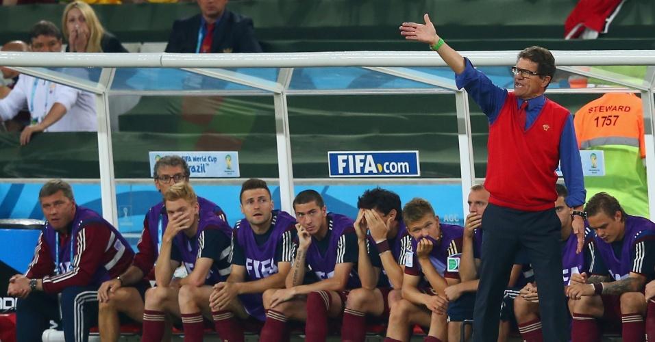 Técnico Fabio Capello e reservas da seleção russa mostram desespero no fim do jogo contra a Argélia. O empate por 1 a 1 eliminou a Rússia da Copa