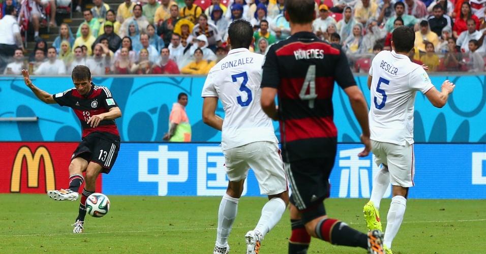 26.jun.2014 - Thomas Müller finaliza da entrada da área e coloca a Alemanha na frente dos EUA na Arena Pernambuco