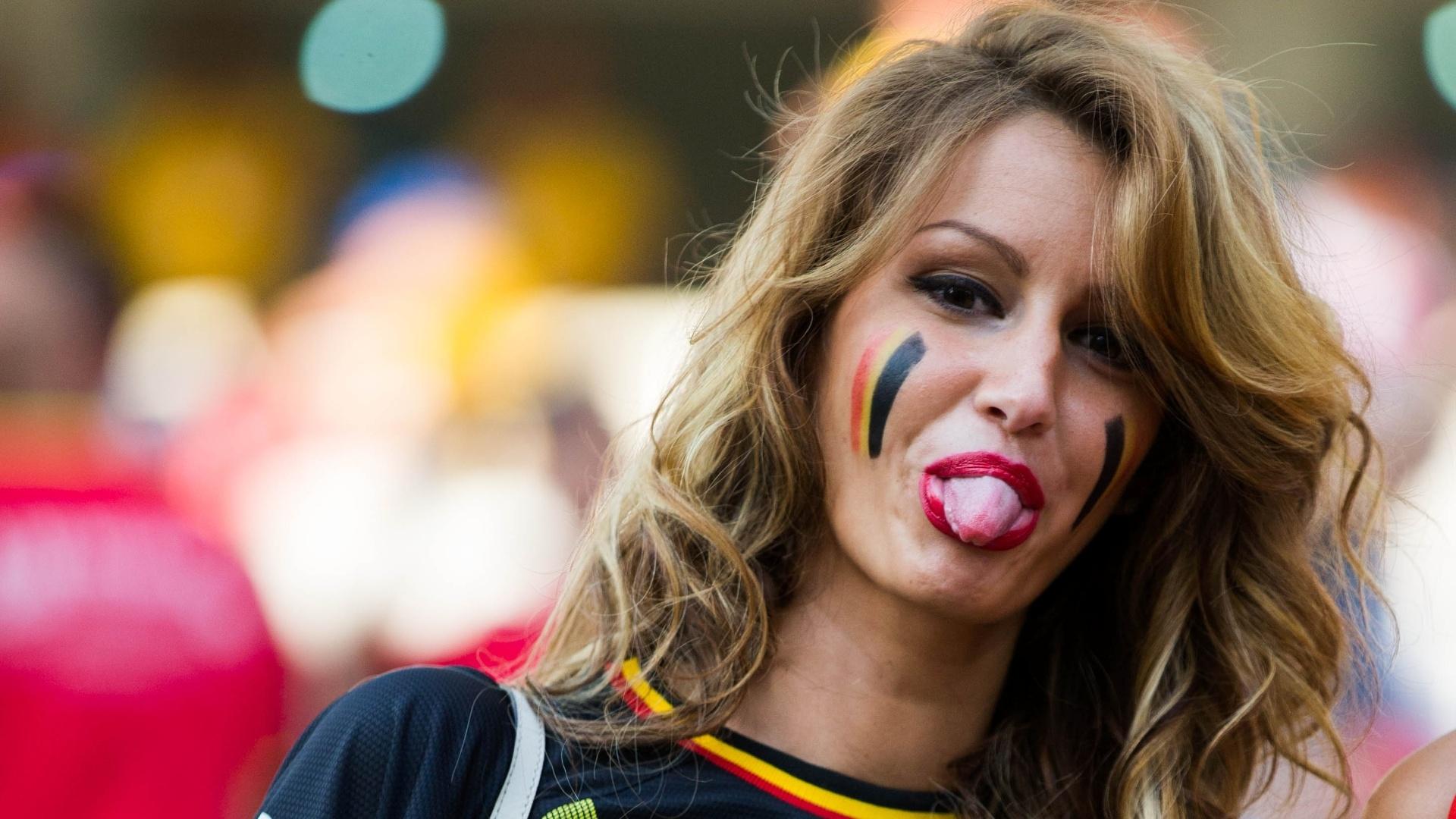 Torcedora da Bélgica mostra a língua para a câmera durante jogo contra a Coreia do Sul no Itaquerão