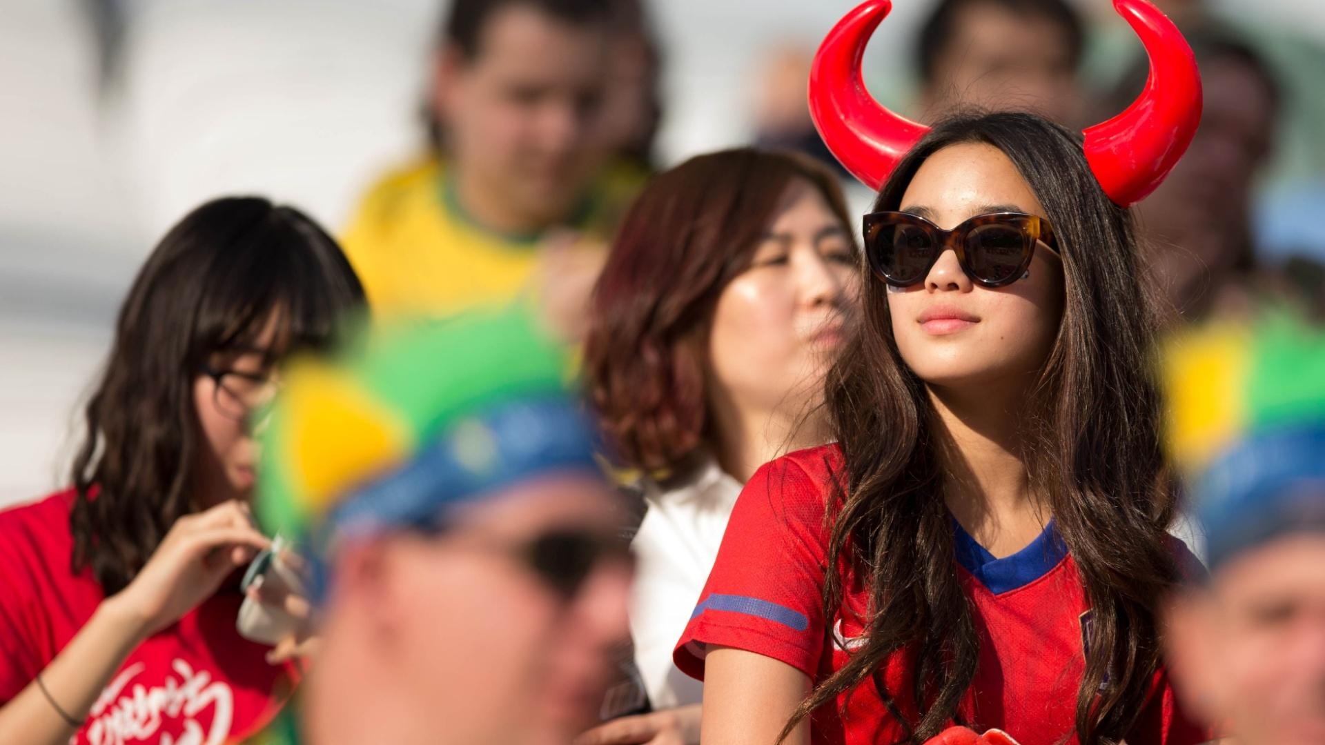 Torcedora da Coreia do Sul usa tiara estilizada para o jogo contra a Bélgica no Itaquerão