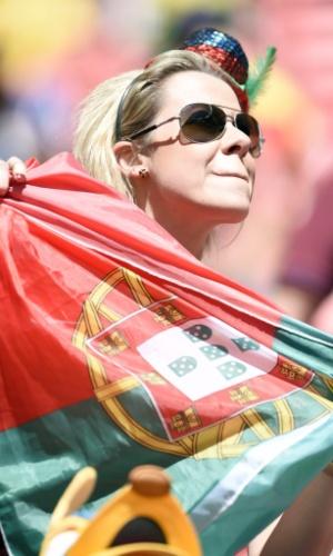 Torcedora de Portugal estende a bandeira e mostra seu apoio pelo time contra Gana
