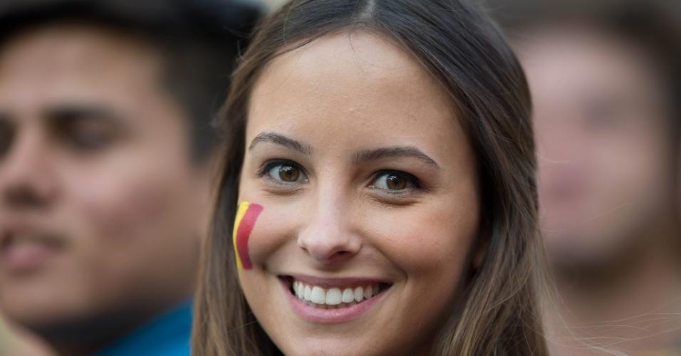 Torcedora pinta o rosto com a bandeira belga para o jogo contra a Coreia do Sul no Itaquerão