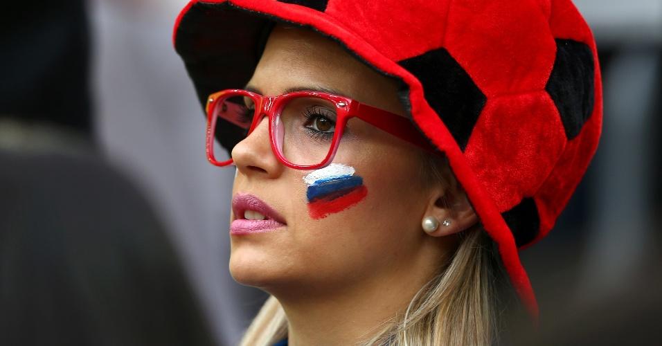 Torcedora russa vai de chapéu personalizado à Arena da Baixada, acompanhar o jogo contra a Argélia
