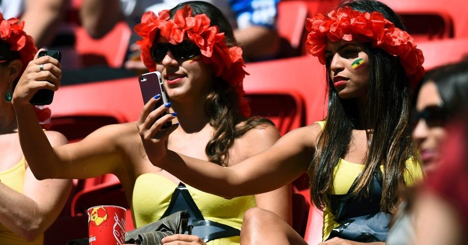Torcedoras de Gana preparam selfie na arquibancada do Mané Garrincha no jogo contra Portugal