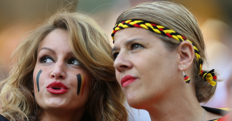 Torcedoras pintam o rosto e usam acessórios nas cores da Bélgica no Itaquerão