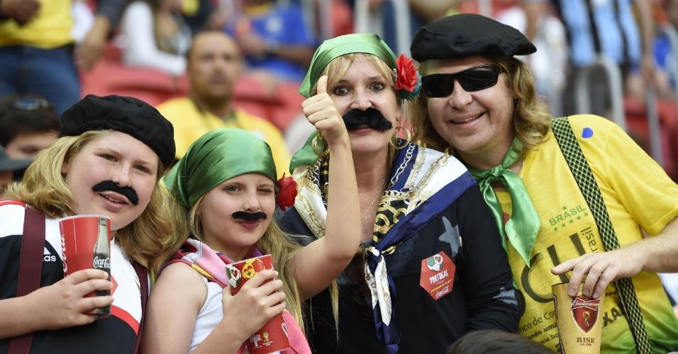 Torcedores vão de bigode ao estádio ver Portugal tentar uma vaga nas oitavas de final contra Gana