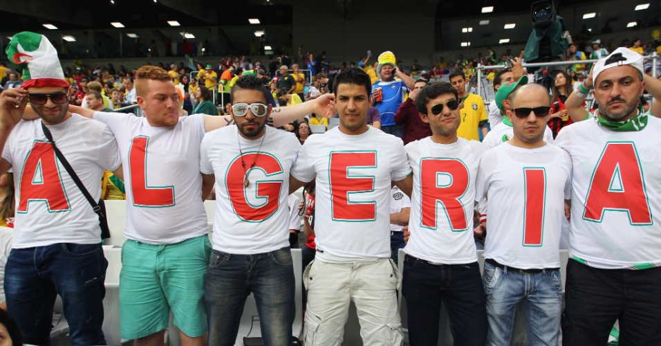 Unidos pela Argélia. Turma de amigos vai à Arena da Baixada com camisas que formam o nome do país