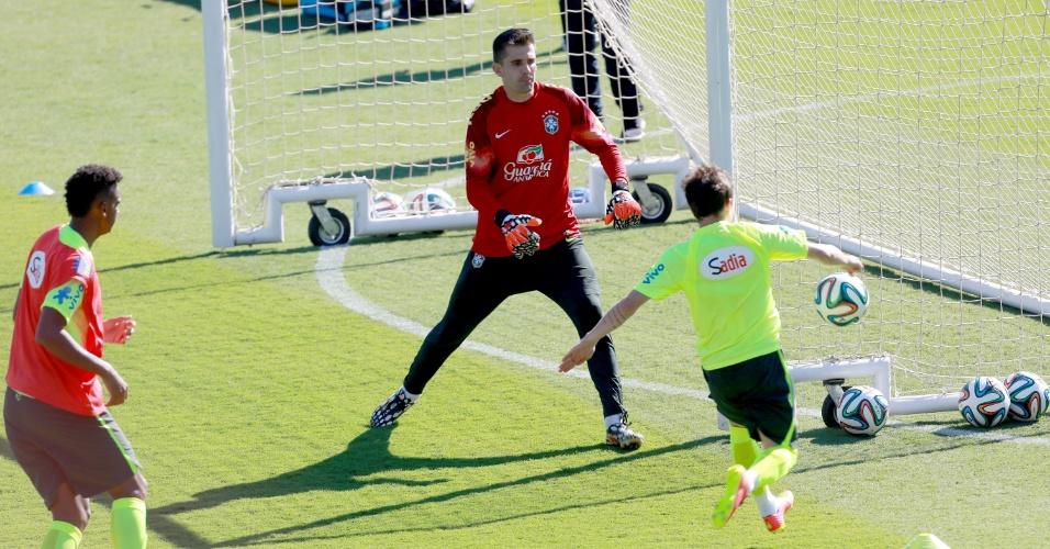 27.jun.2014 - Bernard finaliza contra  o gol de Victor durante 'rachão' da seleção brasileira em treino no Sesc Venda Nova, em Belo Horizonte