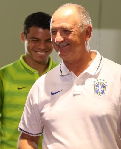 27.jun.2014 - Felipão e Thiago Silva entram na sala de imprensa do Mineirão para coletiva da seleção brasileira antes do treino de reconhecimento do estádio