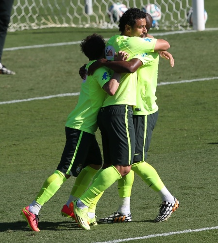 27.jun.2014 - Fred, Bernard e Fernandinho comemoram gol em 'rachão' da seleção brasileira durante treino em Belo Horizonte