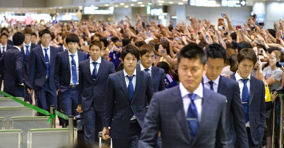 Após eliminação já na fase de grupos da Copa, delegação japonesa chega ao aeroporto de Narita e é recebida com muita festa dos seus torcedores