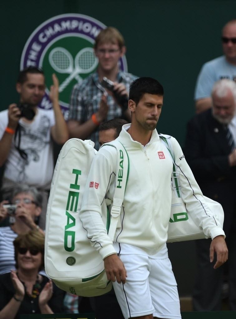 O sérvio Novak Djokovic se prepara para enfrentar o francês Gilles Simon em Wimbledon