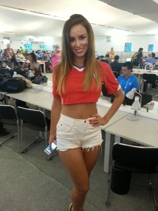 A modelo Jhendelyn Nuñes está trabalhando no canal 13, do Chile, e é uma das mais assediadas na sala de imprensa do Mineirão