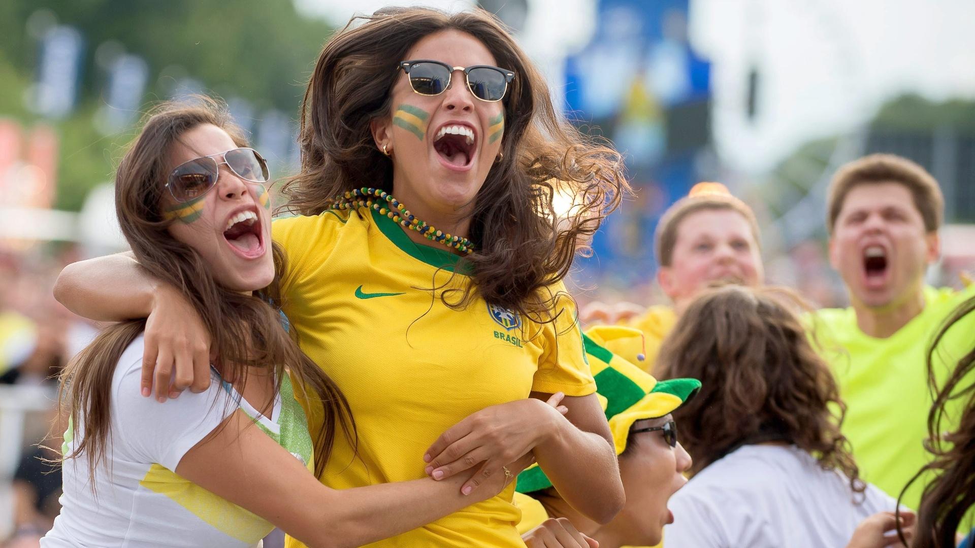 Brasileiras em Berlim comemoram gol na partida contra o Chile, no Mineirão