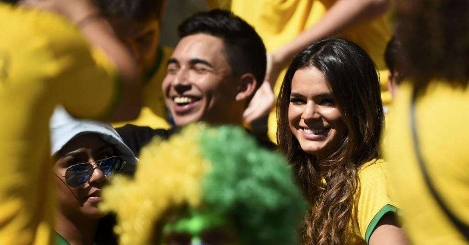 Bruna Marquezine, acompanhada da irmã e dos amigos de Neymar, esbanja sorriso antes do jogo entre Brasil e Chile