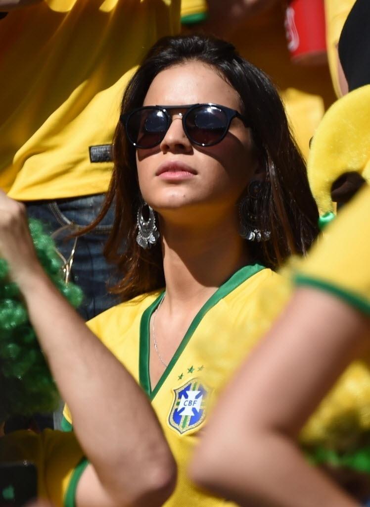Bruna Marquezine encara forte sol de Belo Horizonte com óculos escuro na partida entre Brasil e Chile