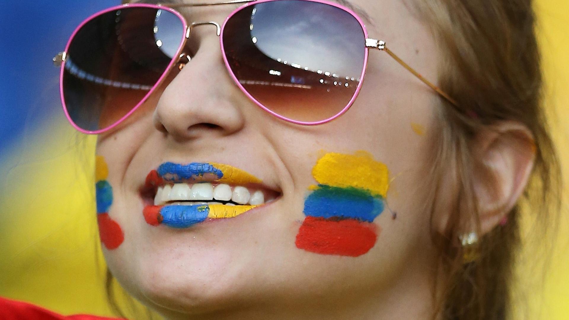 Colombiana posa com a bandeira do país na arquibancada do Maracanã antes do jogo contra o Uruguai