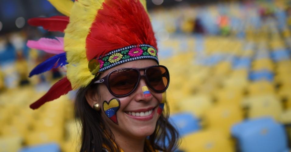Colombiana usa cocar para torcer pela seleção no jogo contra o Uruguai, pelas oitavas de final