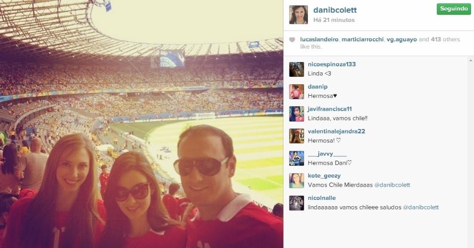 Daniela Colett, gaúcha namorada de Vargas, marca presença em jogo do Chile contra o Brasil