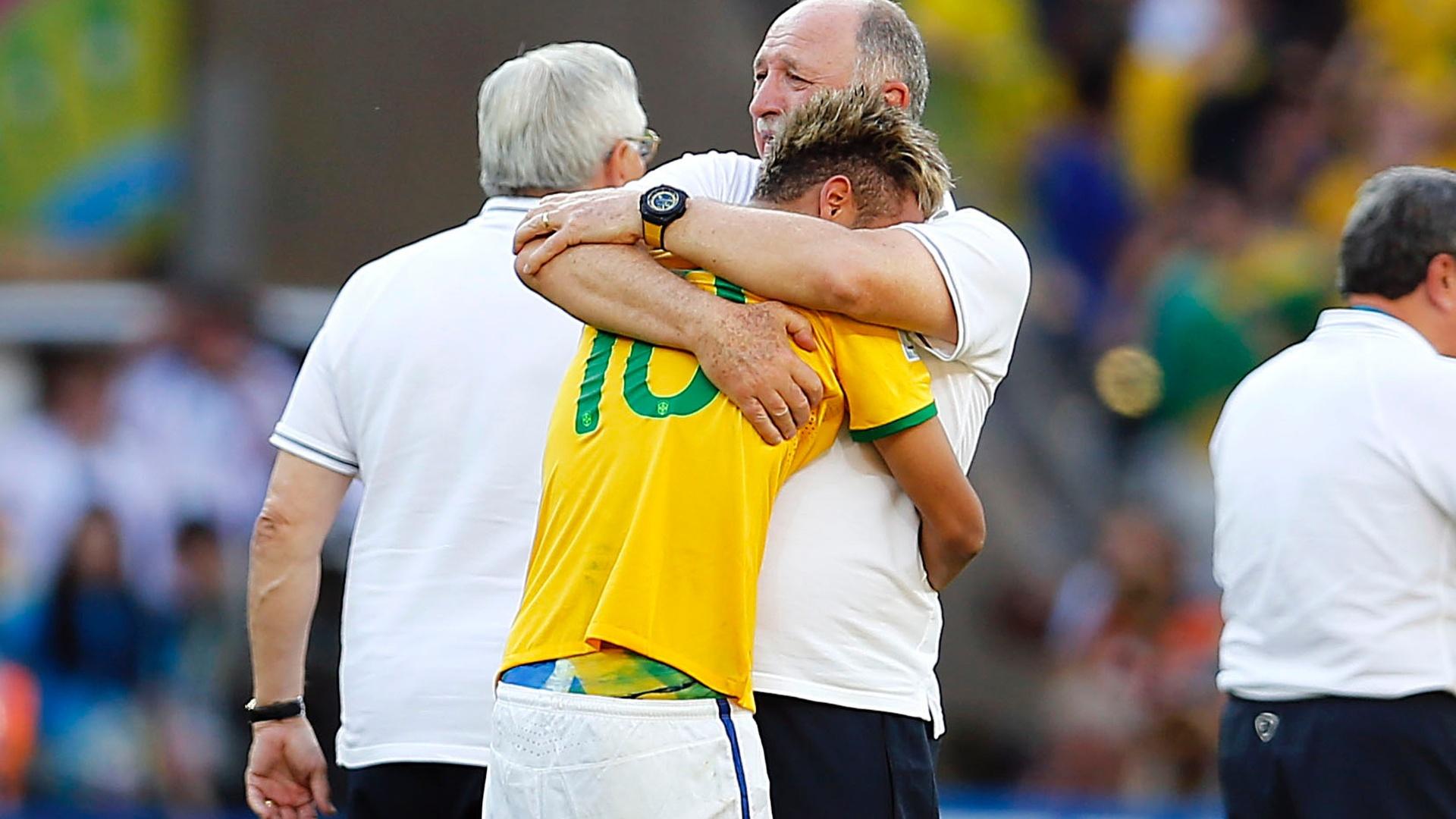 Emocionados, Felipão e Neymar se abraçam após a vitória dramática, nos pênaltis, da seleção contra o Chile, avançando às quartas de final
