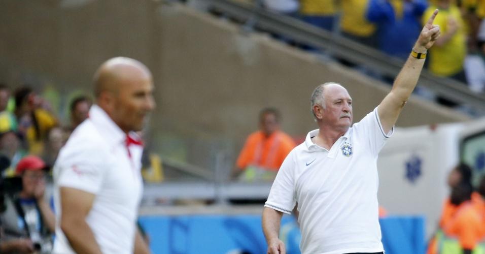 Felipão e Sampaoli em ação durante o jogo duro entre Brasil e Chile no Mineirão