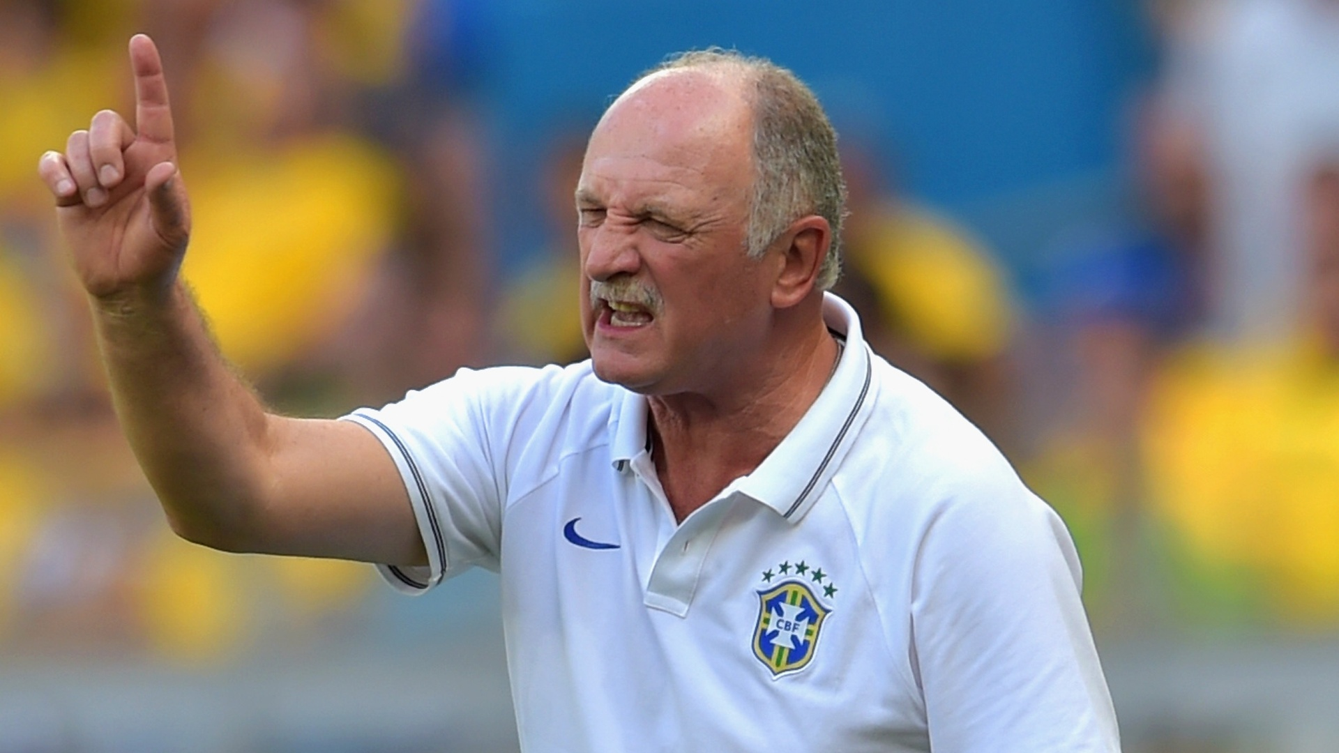 Felipão manda bronca para seus comandados, durante o primeiro tempo empatado entre Brasil e Chile