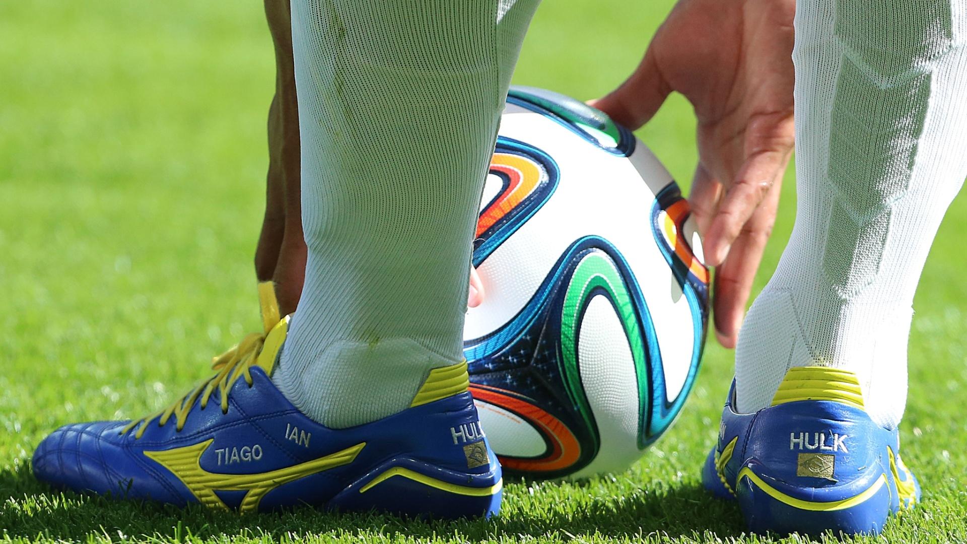Hulk ajeita a bola para cobrança de falta na partida entre Brasil e Chile, pelas oitavas de final da Copa