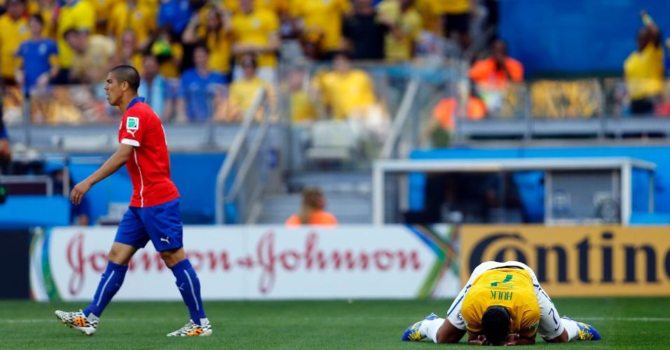 Hulk fica caído no gramado no começo do jogo contra o Chile, no Mineirão