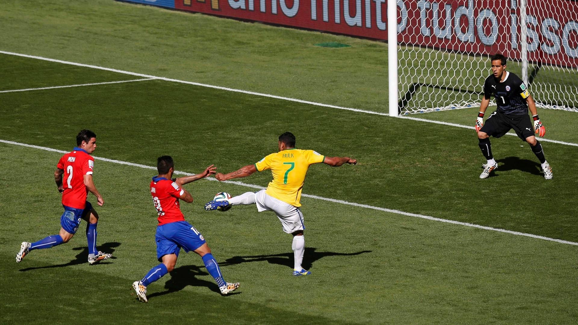 Hulk finaliza e marca no segundo tempo contra o Chile, mas o gol é anulado pela arbitram no Mineirão