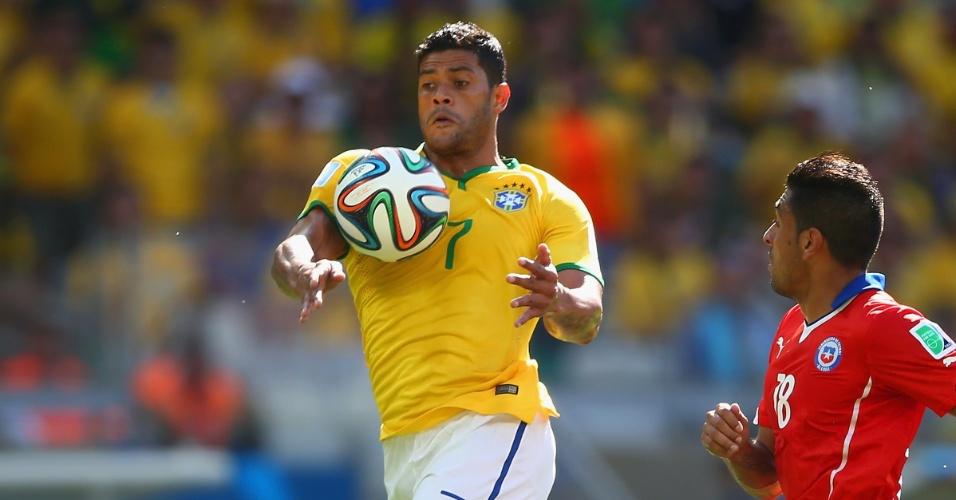 Hulk mata a bola no braço e tem gol anulado no segundo tempo no Mineirão