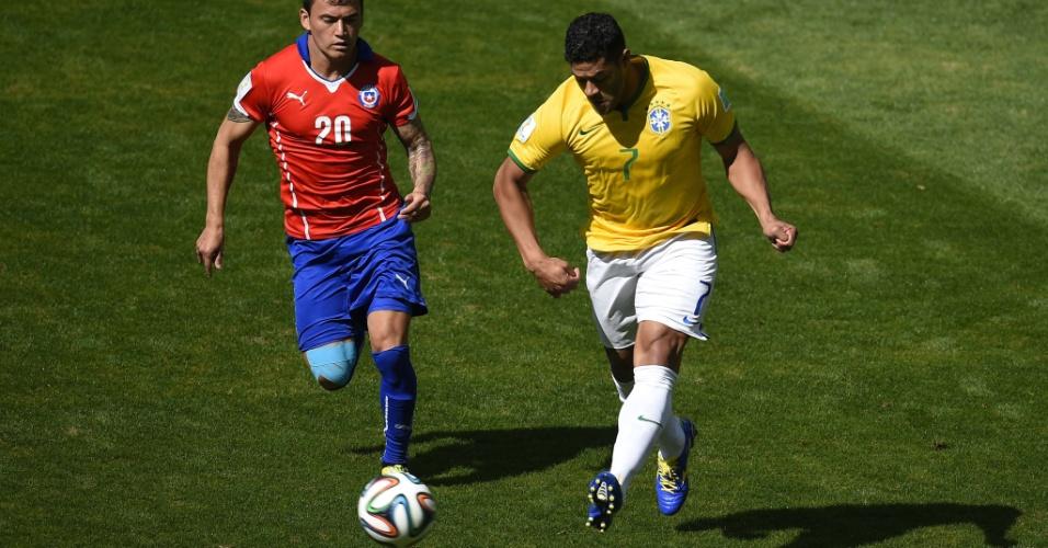 Hulk parte para o ataque em disparada, marcado de perto por rival chileno no começo de jogo no Mineirão