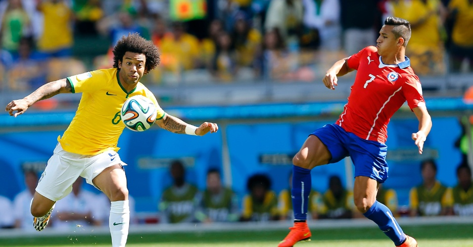 Lateral Marcelo domina a bola, marcado de perto por Alexis Sánchez, do Chile, no Mineirão