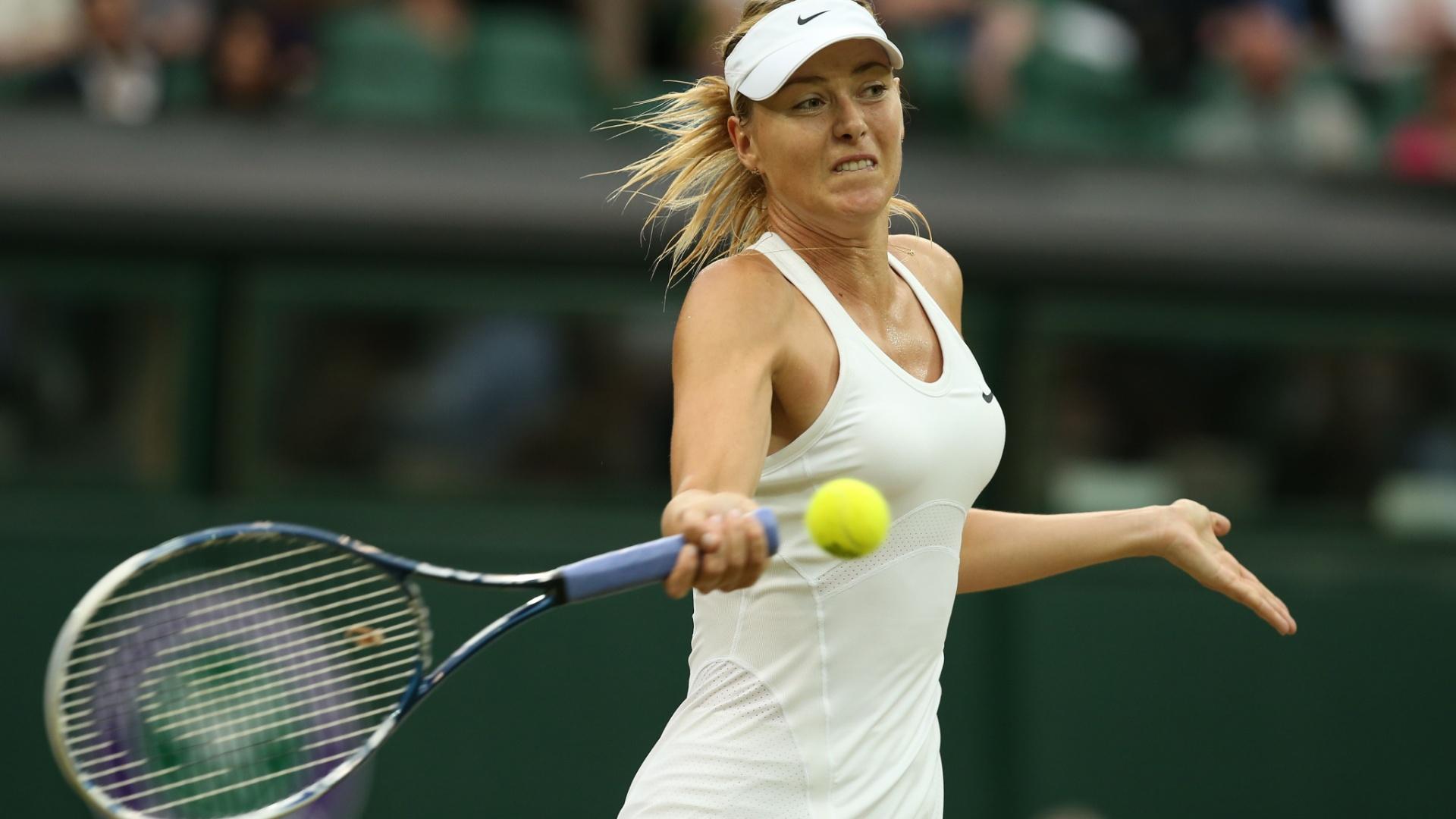 Maria Sharapova acerta golpe de direita durante confronto com Alison Riske, em Wimbledon