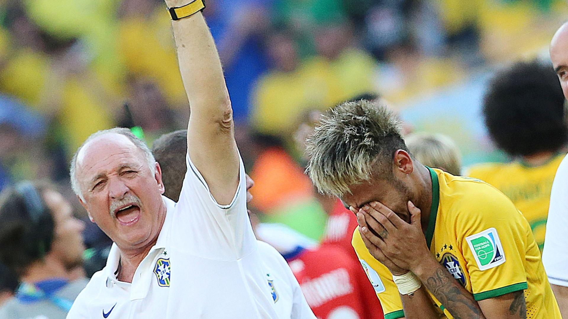 Neymar se emociona e é consolado por Felipão após marcar na última cobrança de pênalti pelo Brasil