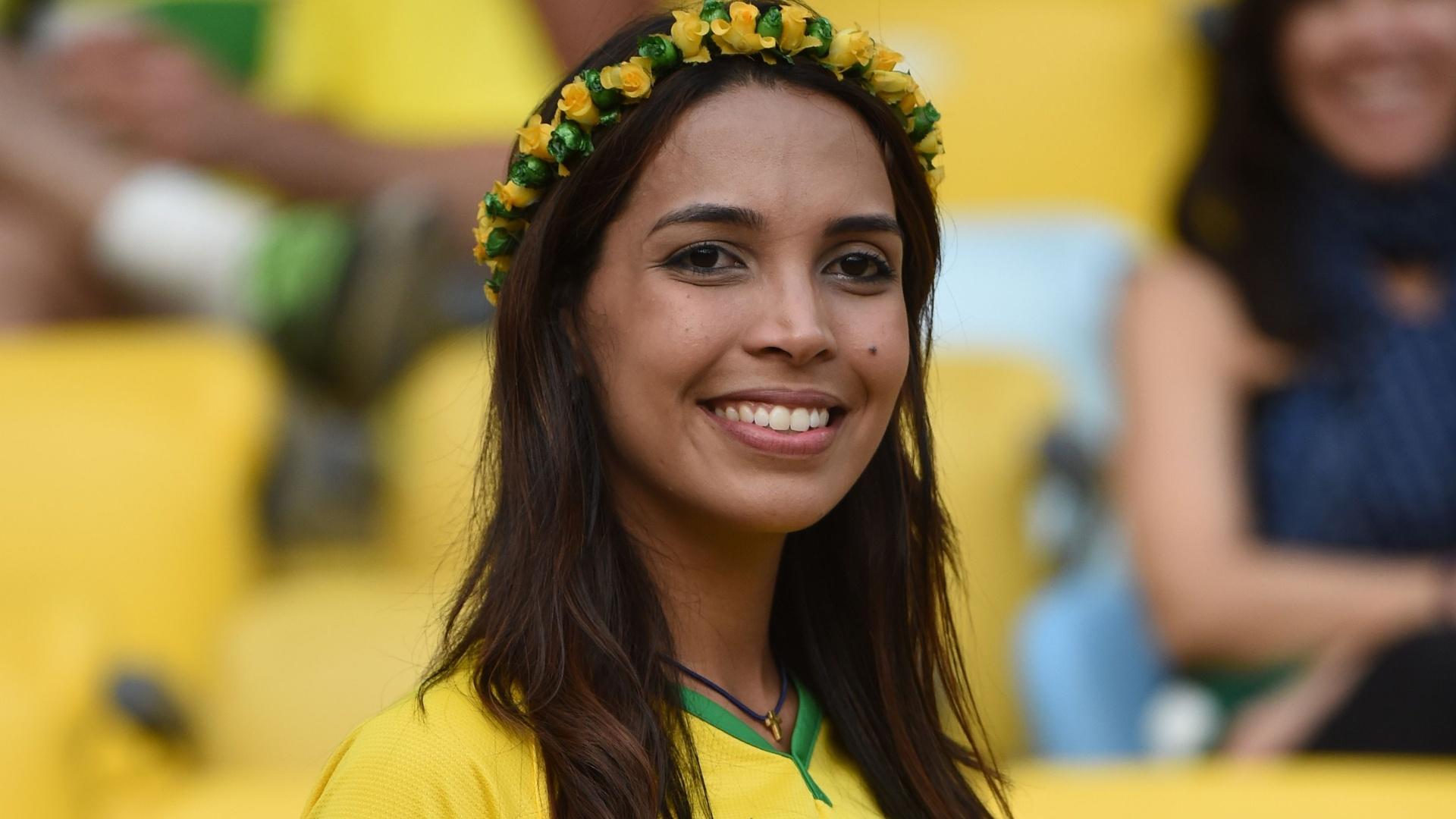Torcedora brasileira chega ao Maracanã para assistir ao confronto entre uruguaios e colombianos pelas oitavas de final da Copa do Mundo