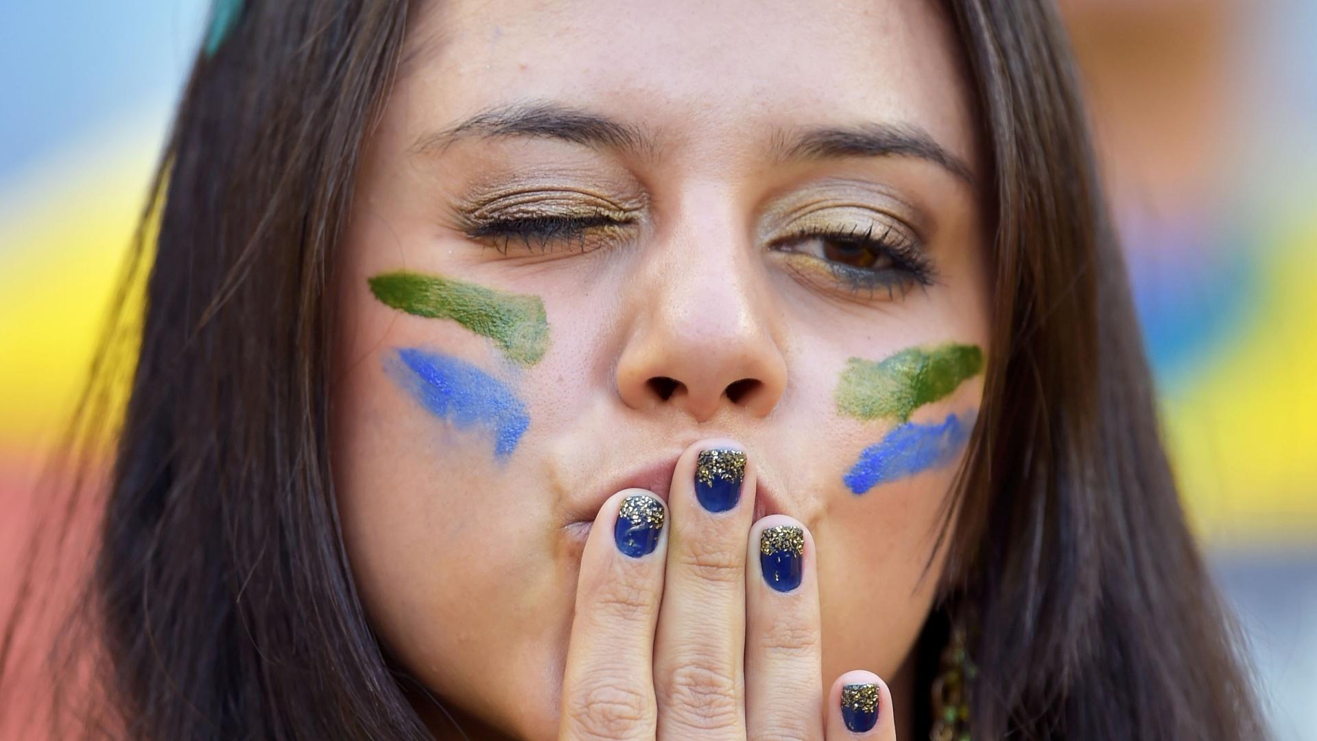 Torcedora do Brasil manda beijo antes de Brasil e Chile entrarem no gramado do Mineirão