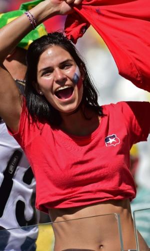 Torcedora do Chile aguarda início do jogo decisivo contra o Brasil no Mineirão
