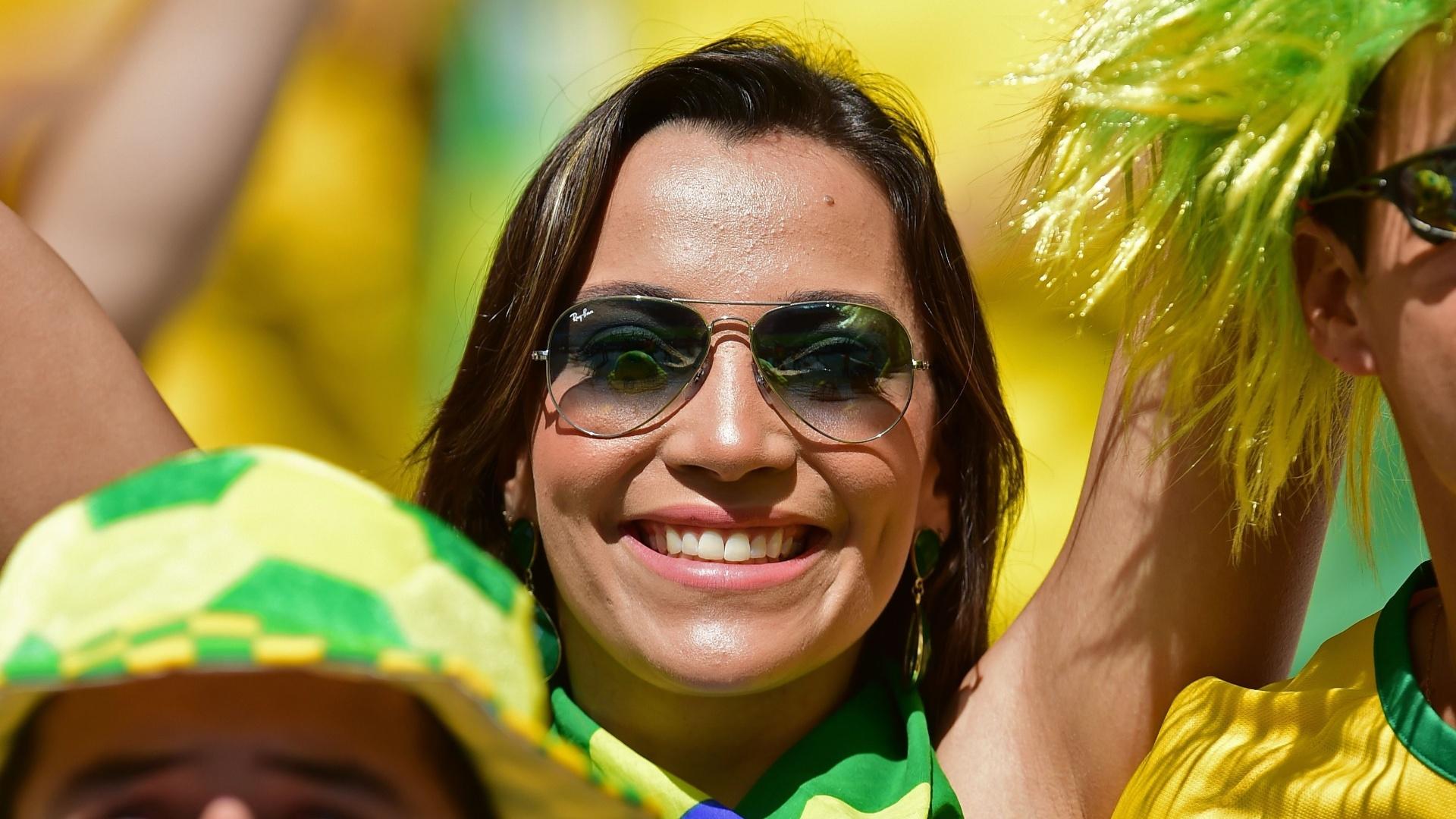 Torcedora na arquibancada do Mineirão espera pelo início do jogo contra o Chile, pelas oitavas de final