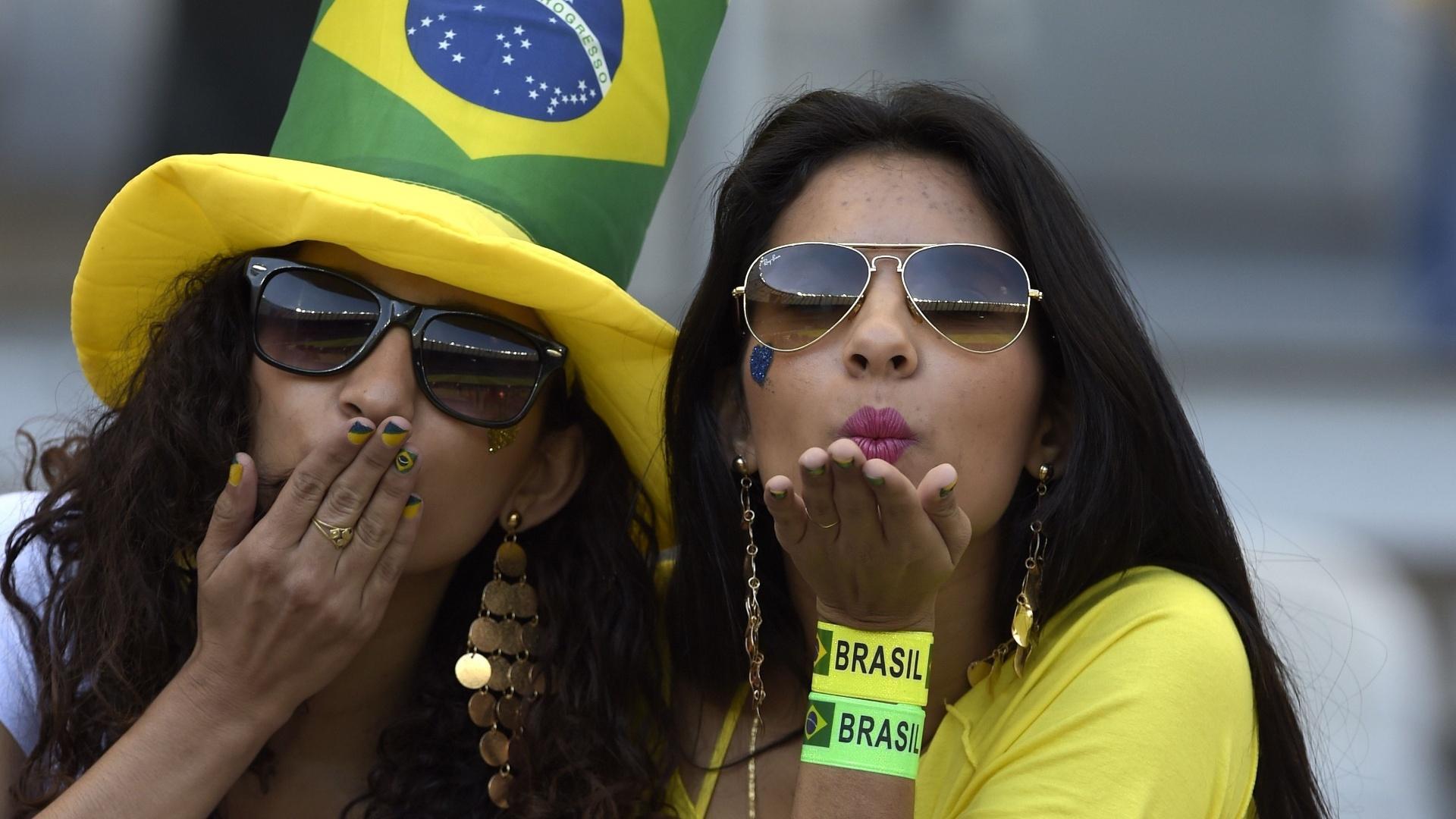 Torcedoras na arquibancada do Mineirão para o jogo contra o Chile
