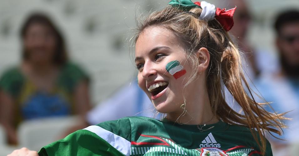 Além do uniforme e da bandeira, mexicana usa as cores do país no rosto e no cabelo