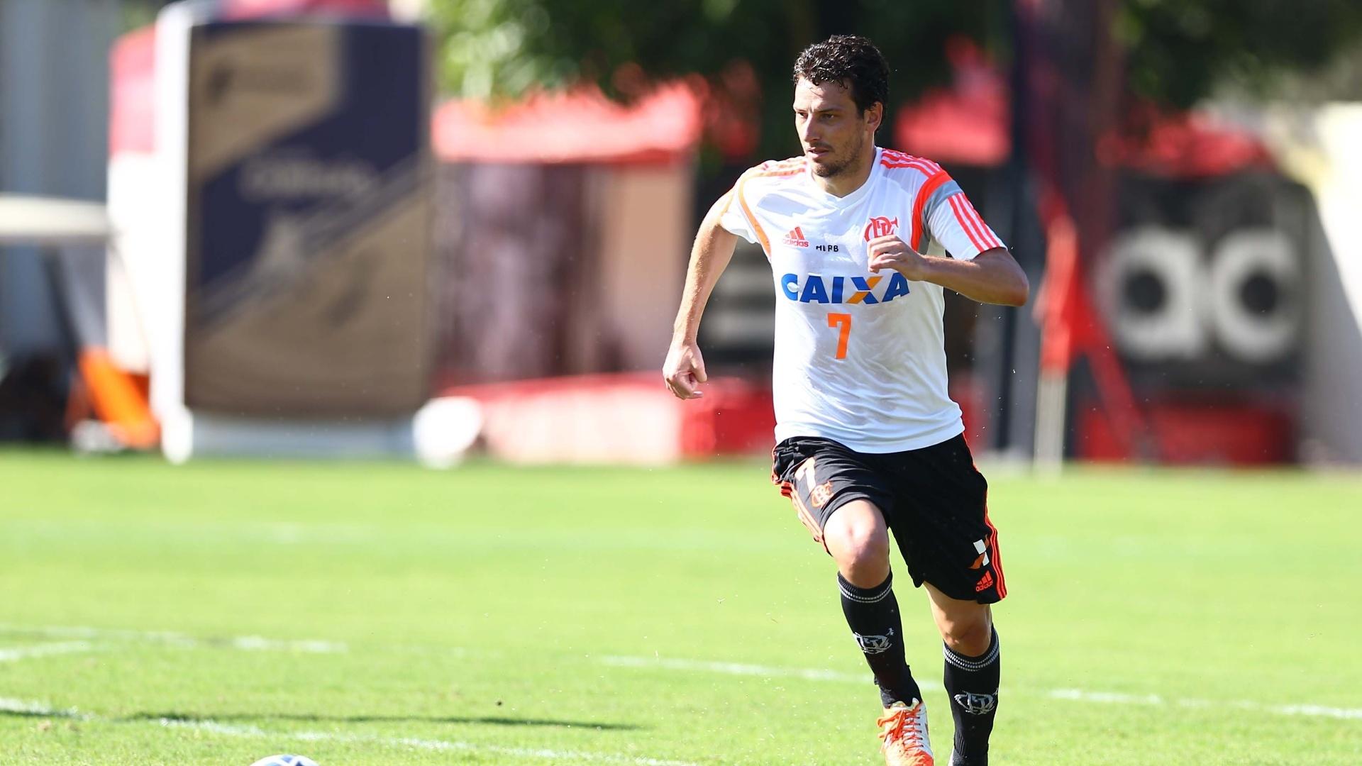 Elano carrega a bola durante treino do Flamengo no Ninho do Urubu