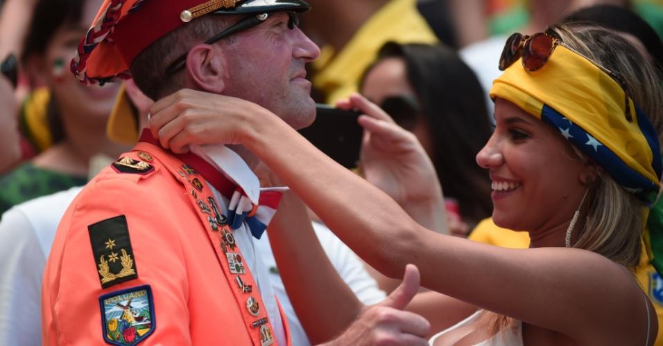 Holandesa ajeita a fantasia do torcedor para o jogo contra o México no Castelão