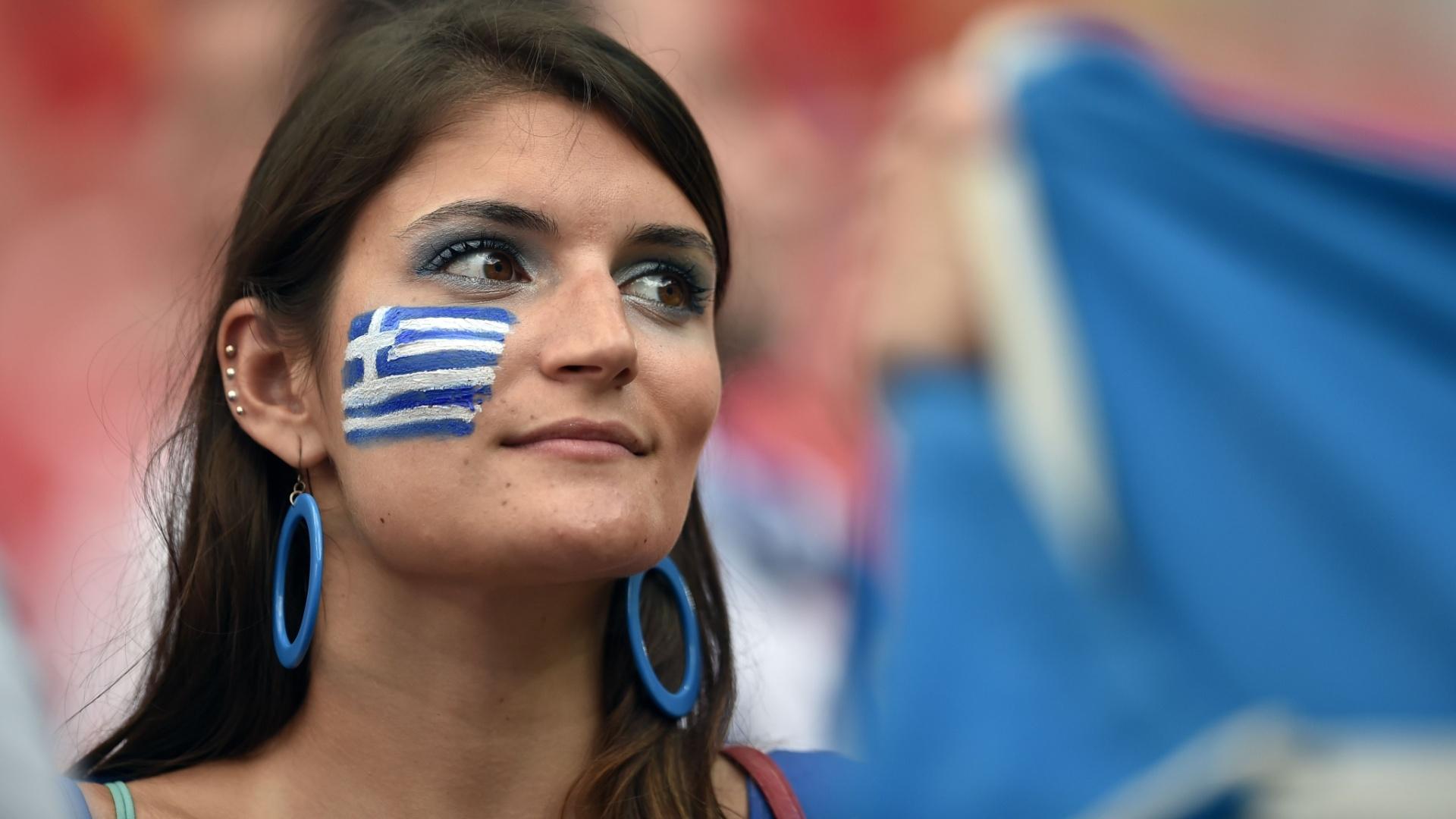 Torcedora da Grécia aguarda início do jogo contra a Costa Rica na Arena Pernambuco